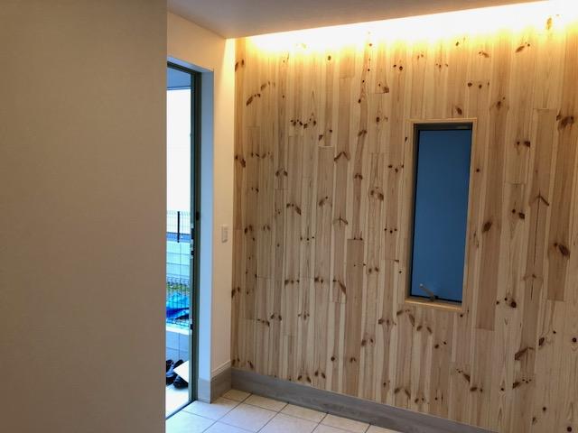 壁や建具に無垢材を使用した玄関