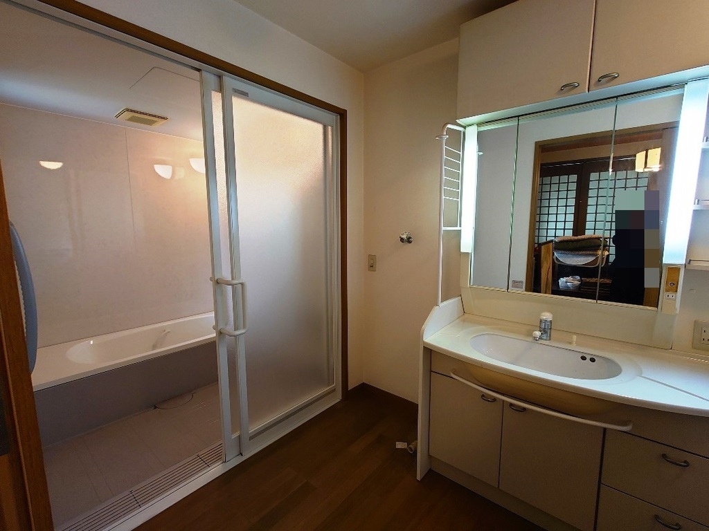 和室から続く引き戸の浴室・洗面所