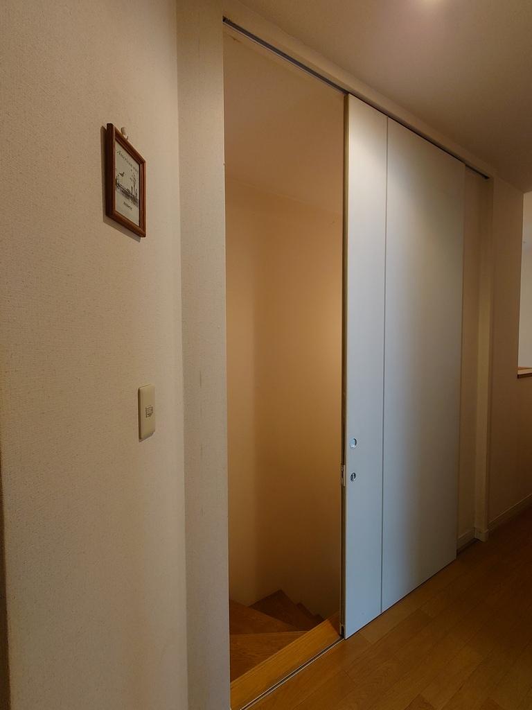 1階と2階を区切る階段扉