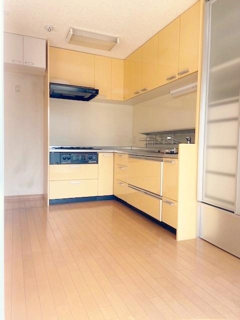 冷蔵庫スペースの上部にも収納あり